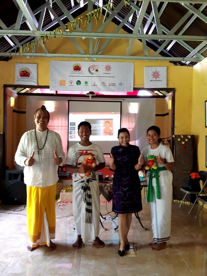 SRI Sumahardani bersama pengasuh Ashram Gandhi Puri Ida Rsi Putra Manuaba saat menjadi pemateri public speaking di ashram tersebut. Foto: ist