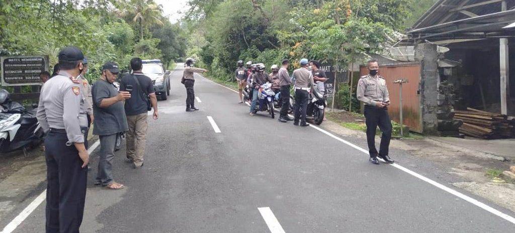 POLSEK Pupuan, Tabanan, dan Polsek Busungbiu, Buleleng, membubarkan aksi balapan liar di Jalan Raya Bantiran-Kemoning, Rabu (11/11/2020). Foto: ist