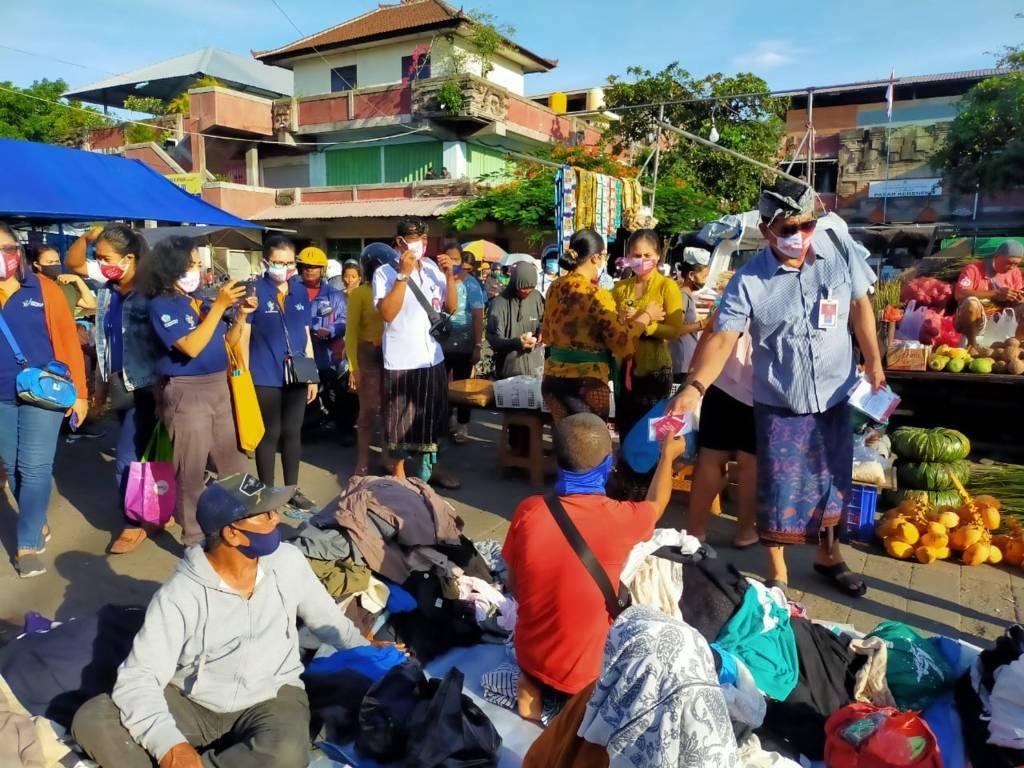 MEMPERINGATI Hari Kesehatan Nasional (HKN) Pemerintah Kota Denpasar melalui Dinas Kesehatan melaksanakan pembagian masker gratis kepada masyarakat di beberapa pasar rakyat, Kamis (12/11/2020). Foto: ist