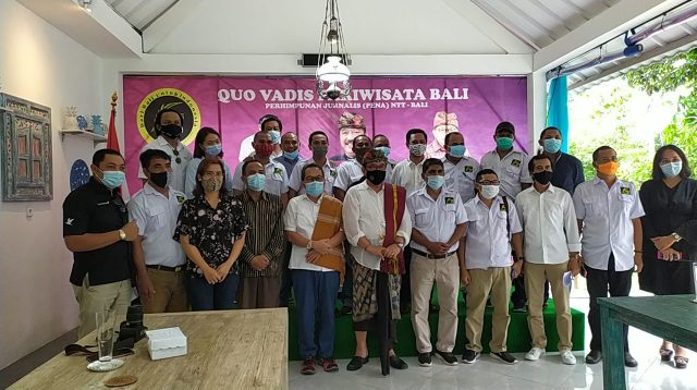 WAGUB Cok Ace; dan Kepala Perwakilan Bank Indonesia Provinsi Bali, Trisno Nugroho, foto bersama dengan peserta diskusi 'Quo Vadis Pariwisata Bali' di Sanur, Sabtu (28/11/2020). Foto: gre