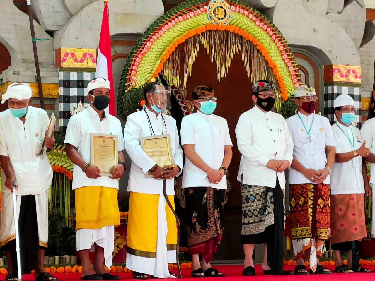 WAGUB Cok Ace foto bersama dengan pimpinan PBMM Pusat, setelah membuka Mahasaba dengan memukul kentongan. Foto: nar