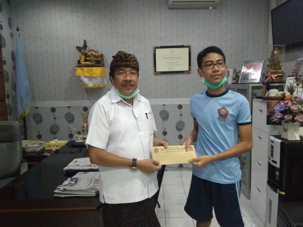 KEPALA SMPN 3 Denpasar, I Wayan Murdana, bersama Raya yang meraih medali perak KSN. Foto: ist