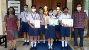 KASEK Serayawati dan guru pembina penelitian, Gede Eka Juni Purwasila bersama sejumlah siswa berprestasi. Foto: tra