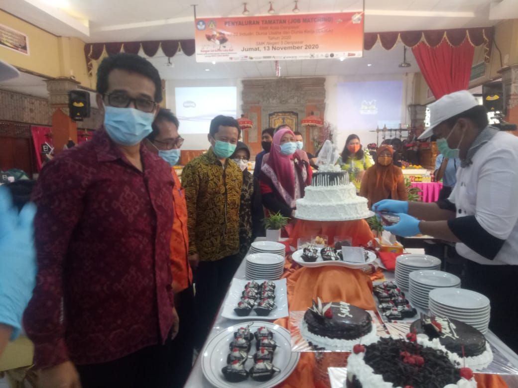 KADISDIKPORA Provinsi Bali, KN. Boy Jayawibawa, saat membuka job matching dan pameran hasil karya siswa SMKN 5 Denpasar, Jumat (13/11/2020). Foto: tra