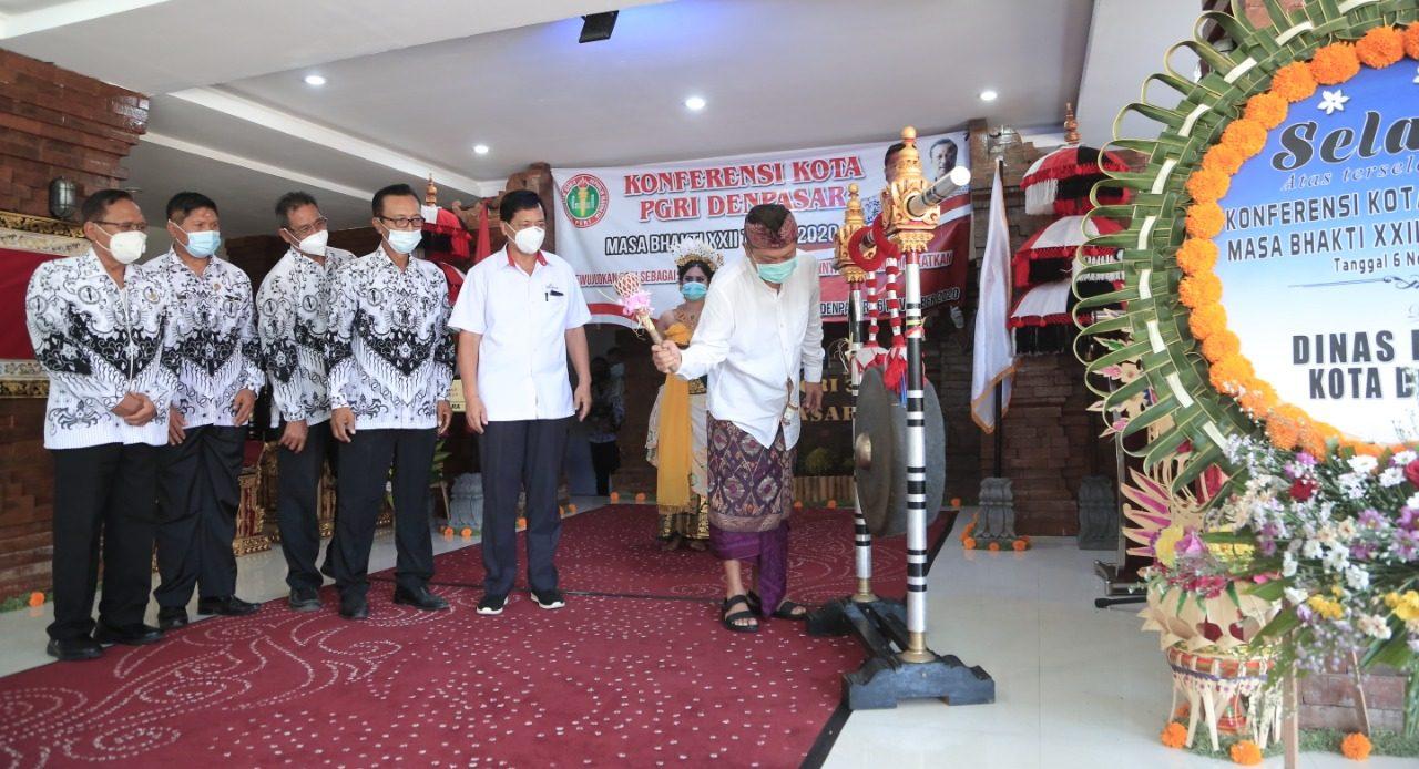 WALI Kota Denpasar, IB Rai Dharmawijaya Mantra bersama Wayan Gunawan, Ketut Suarya, Nyoman Winata, Madiadnyana dan Komang Arta Saputra saat membuka konferensi PGRI Kota Denpasar. Foto: ist