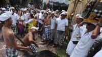 UPACARA Nangluk Merana di salah satu desa di Bali. Upacara Nangluk Merana yang akan dilaksanakan Desa Adat Kuta pada hari Kajeng Kliwon Uwudan, Sasih Kenam, Rabu (25/11/2020) dilaksanakan sesuai prokes. Foto: net