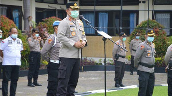 KAPOLRES Tabanan, AKBP Mariochristy Panca Sakti Siregar, mempimpin apel pagi di halaman Mapolres Tabanan, Senin (23/11/2020). Foto: ist