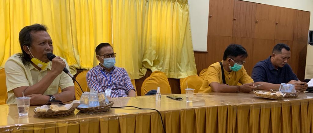 Putu Pidada (kiri) selaku Korwil Partai Golkar untuk Pemenangan Pilkada Tabanan saat melaporkan perkembangan terkini terkait perjalanan paslon Panji-Budi yang diusung Golkar dan koalisi, Rabu (25/11/2020) lalu. Foto: gus hendra