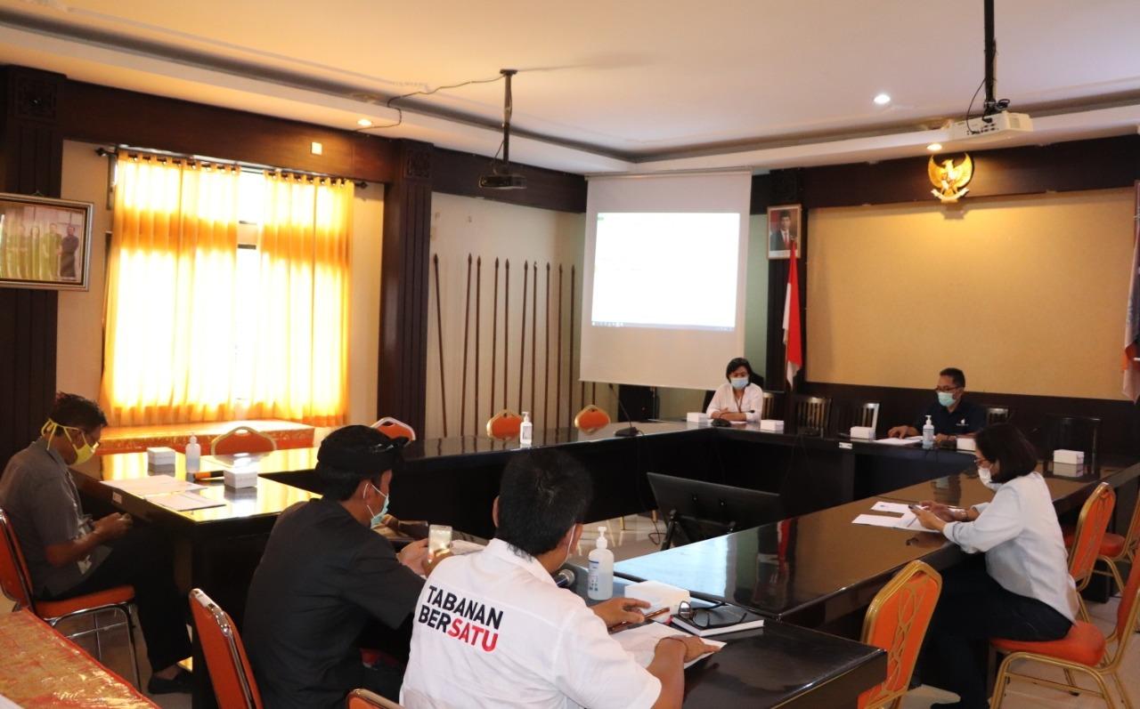 KPU Tabanan mengundang masing-masing petugas penghubung (LO) paslon Bupati dan Wakil Bupati Tabanan 2020 untuk rapat koordinasi persiapan pelaksanaan debat publik atau debat terbuka, Selasa (17/11/2020). Foto: gagah