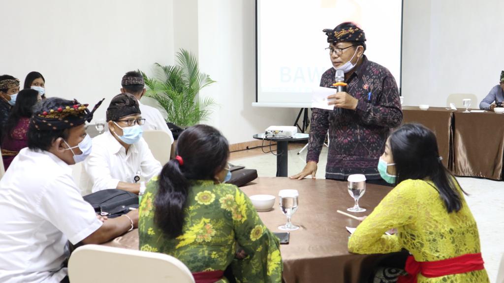ANGGOTA Bawaslu Bali, I Ketut Rudia, membawakan materi tentang pengawasan tahapan pilkada, terutama menyangkut pencegahan praktik politik uang oleh paslon di Pilkada 2020, Kamis (5/11/2020). Foto: gus hendra