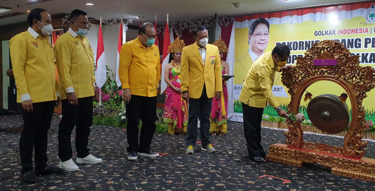 SUGAWA Korry bersama Demer dan pengurus DPP Partai Golkar menyaksikan Nurdin Halid memukul gong tanda dimulai Rakornis Pemenangan Pemilu DPD Partai Golkar Bali, Selasa (10/11/2020). Foto: gus hendra