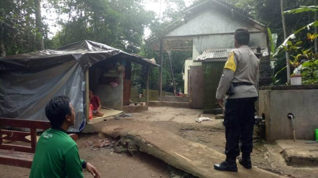 BANGUNAN rumah milik warga di Subak Apit Jaring, Banjar Dinas Batannyuh Kaja, Desa Batannyuh, Kecamatan Marga, rusak dan roboh, Minggu (29/11/2020). Foto: ist