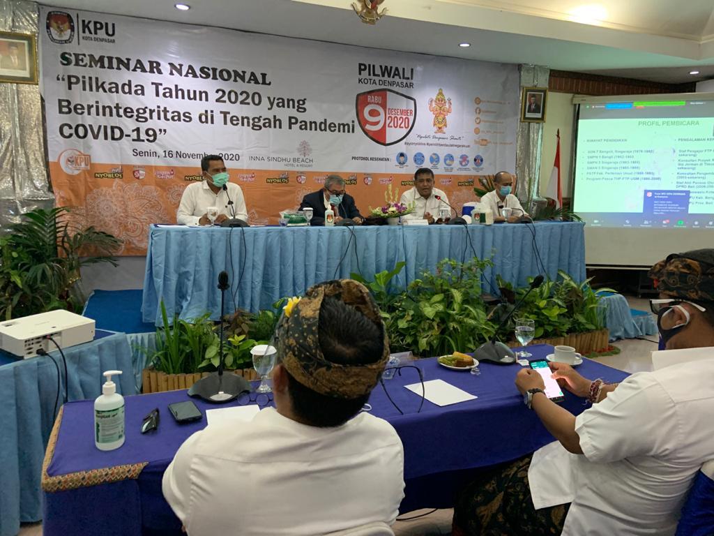 TEGUH Prasetyo (dua kiri) dalam seminar nasional Pilkada 2020 yang Berintegritas di Tengah Pandemi Covid-19 yang diselenggarakan di Sanur, Senin (16/11) lalu. Foto: gus hendra