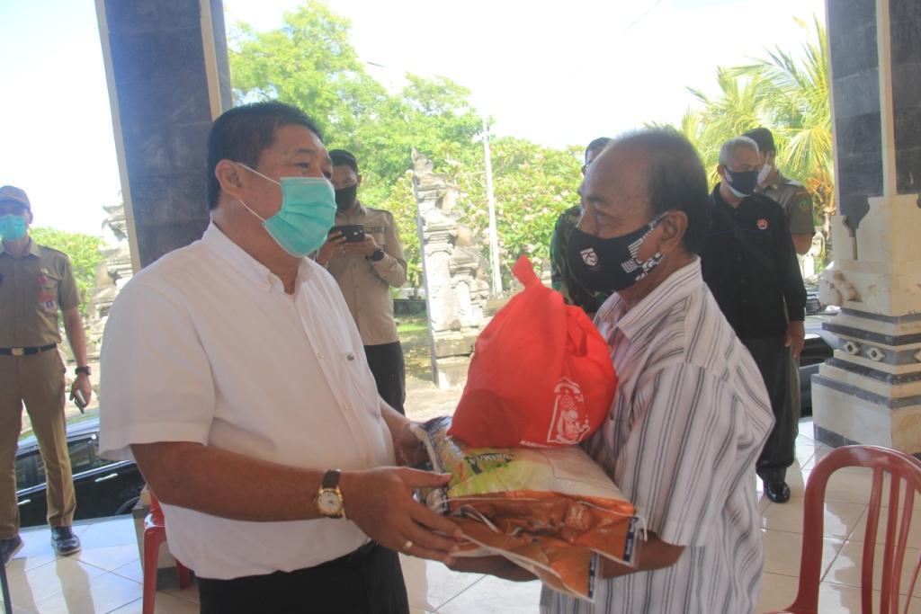 BUPATI Artha saat memberikan bantuan kepada warga, Senin (16/11/2020). Foto: ist