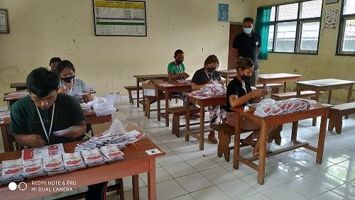 SUASANA pelipatan surat suara untuk Pilkada Bangli di ruang kelas SDN 2 Bebalang. Foto: gia