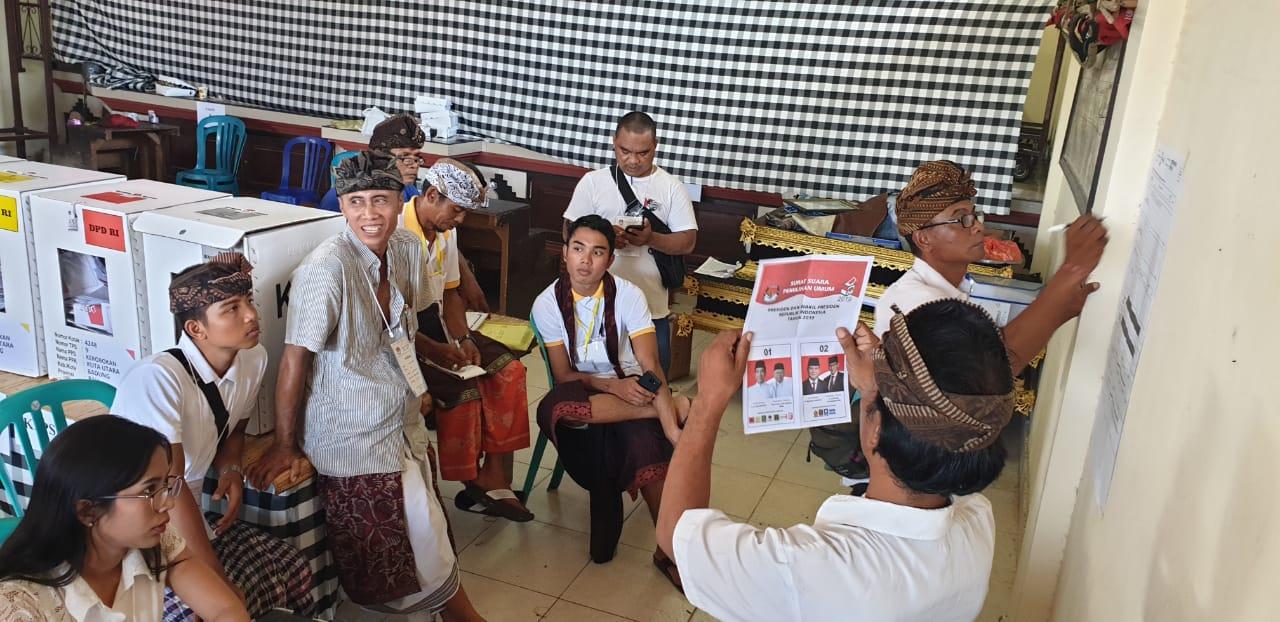 SUASANA penghitungan suara oleh KPPS dengan diawasi saksi saat Pemilu 2019 di salah satu TPS di Kerobokan, Kuta Utara, Badung. Foto: gus hendra