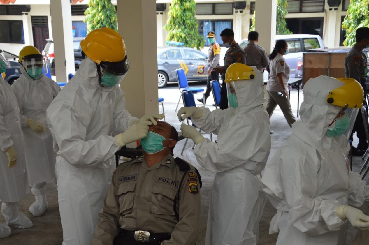 POLRES Tabanan melaksanakan tes usap bagi anggotanya termasuk PNS jajaran polres setempat, Rabu (11/11/2020). Foto: gap