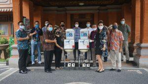 PENYERAHAN bantuan 10 unit wastafel portable dari AAUI Cabang Denpasar kepada Pemkot Denpasar pada Selasa (1/12/2020) di Kantor Wali Kota Denpasar. Foto: ist