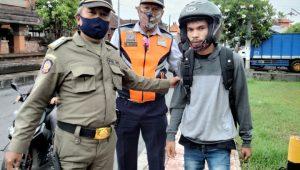 SALAH seorang pengendara terjaring operasi prokes di Kelurahan Padangsambian, Denpasar Barat, Selasa (1/12/2020), lantaran tidak memakai masker. Foto: ist