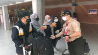KWARDA Pramuka Bali membagikan masker di kawasan Bandara Ngurah Rai. Foto: ist