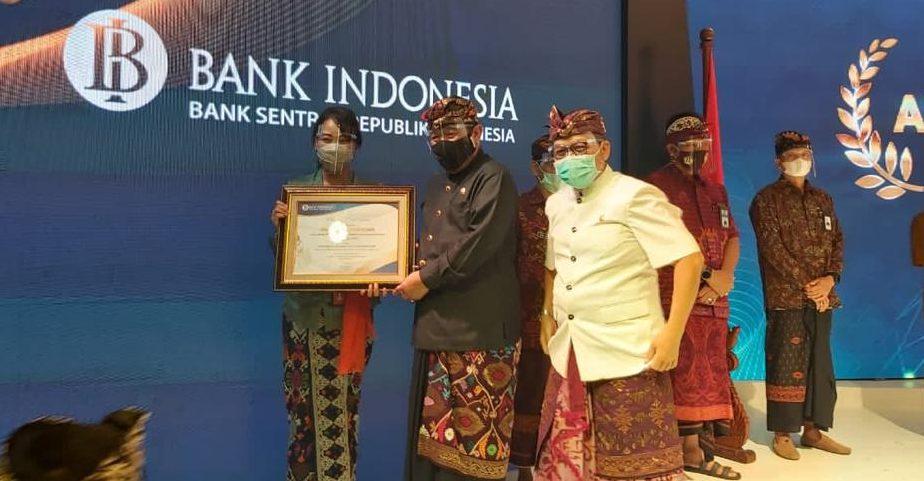 KABAG Perekonomian Badung, AA Sagung Rosyawati, saat menerima penghargaan kategori TPID dari Wakil Gubernur Bali, Tjokorda Oka Artha Ardana Sukawati, Kamis (3/12/2020). Foto: ist