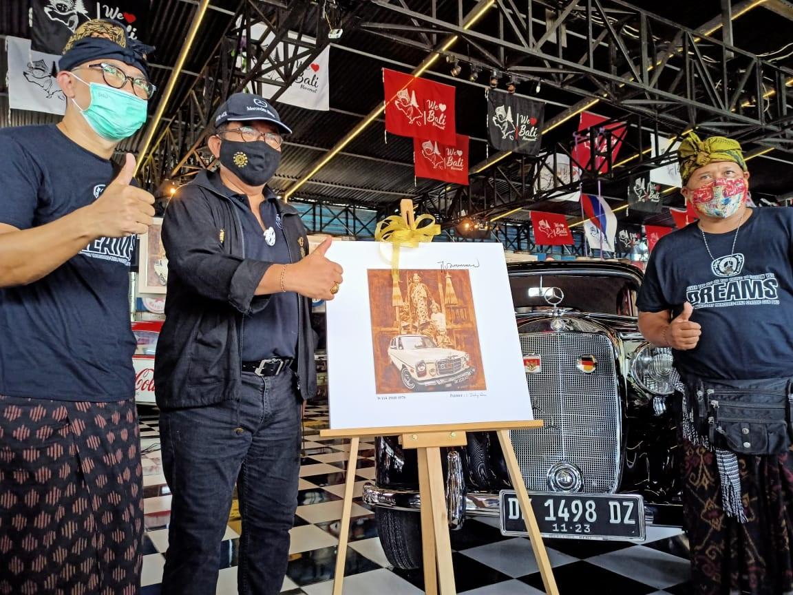 """PAMERAN lukisan bertajuk """"The Art of Mercedes Benz Classic"""" di Kebon Vintage Cars, Biaung, Desa Kesiman Kertalangu, Kota Denpasar dibuka oleh Wakil Gubernur Bali, Sabtu (12/12/2020). Foto: rap"""