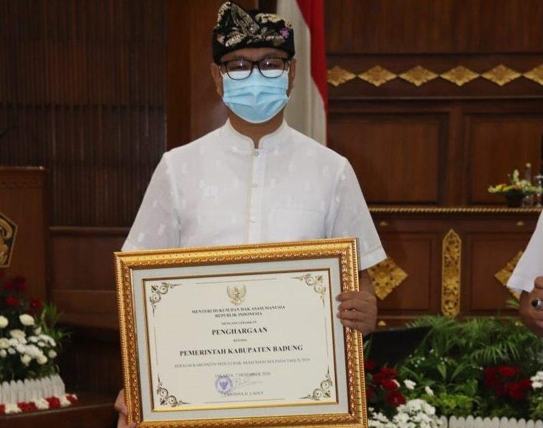 WAKIL Bupati Badung, I Ketut Suiasa, saat menerima Penghargaan HAM serangkaian Peringatan Hari HAM Sedunia ke-72 di Gedung Wiswa Sabha Utama Kantor Gubernur Bali Renon Denpasar, Senin (14/12/2020). Foto: ist