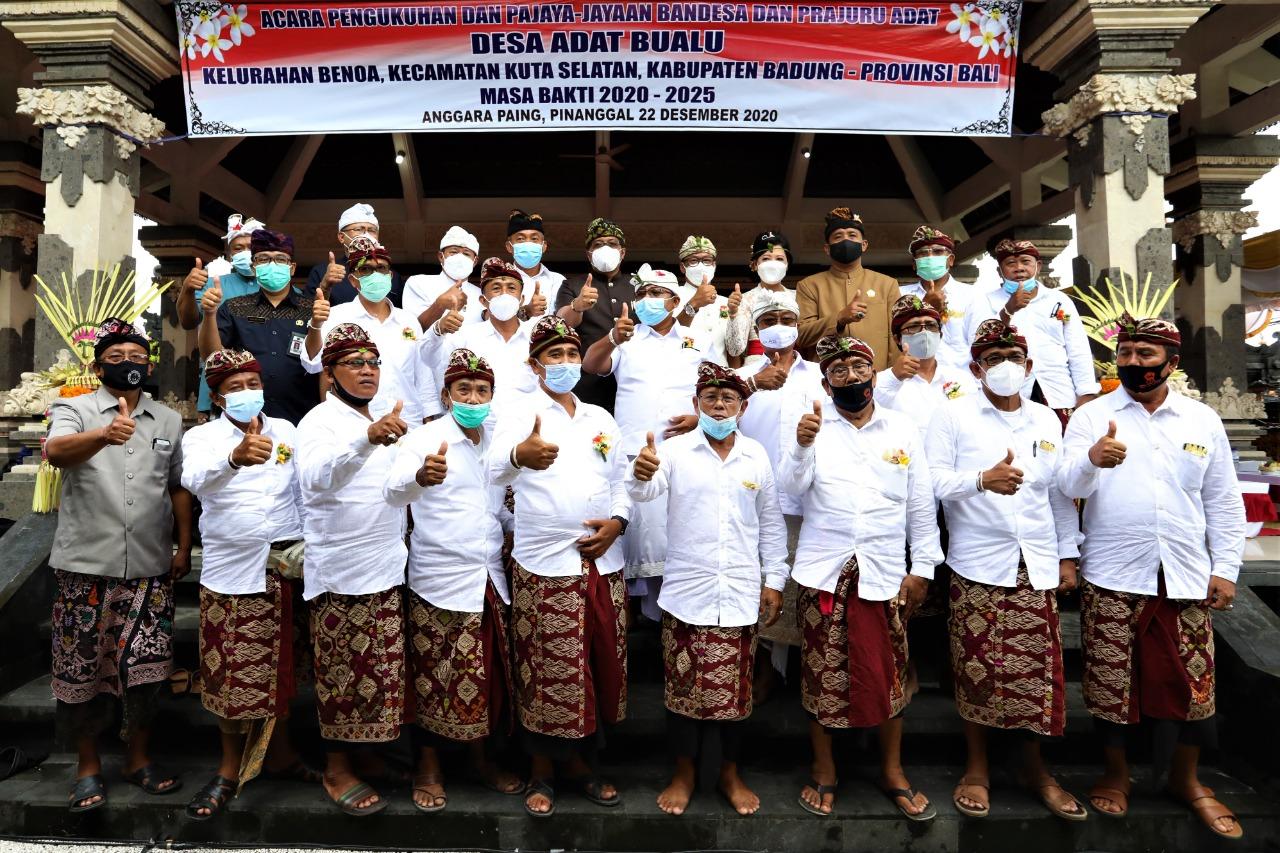 BUPATI Giri Prasta menghadiri acara pengukuhan Bandesa dan Prajuru Adat, Desa Adat Bualu di Kuta Selatan, Selasa (22/12/2020). Foto: ist