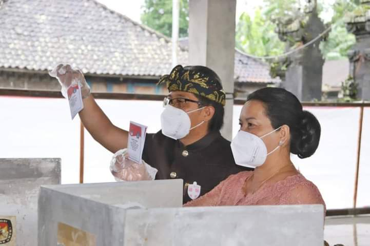 CALON Bupati Badung, I Nyoman Giri Prasta menggunakan hak pilihnya di TPS 1 Banjar Pelaga, Desa Pelaga, Kecamatan Petang, Rabu (9/12/2020). Foto: ist
