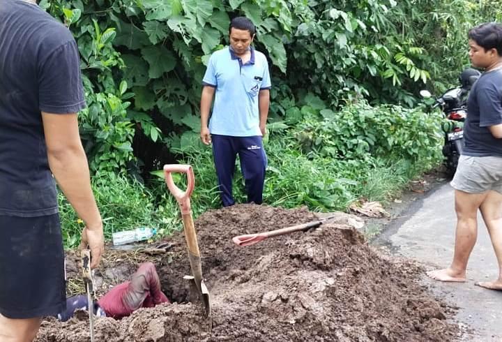 """PETUGAS di lapangan saat memperbaiki pipa 8"""" di Jadi Desa, Desa Banjar Anyar, Kediri. Perumda Air Minum TAB Tabanan pun siaga meskipun pada hari libur. Foto: ist"""