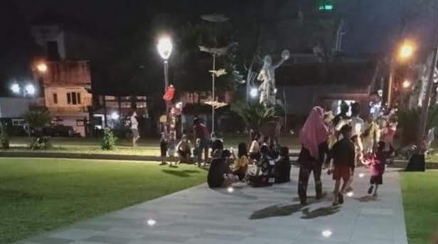 PETUGAS gabungan dari TNI/Polri dan Satpol PP Gianyar mengimbau warga yang berkerumun di area alun-alun Gianyar untuk membubarkan diri. Foto: adi