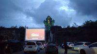 MENONTON bioskop dari mobil di kawasan festival park area Garuda Wisnu Kencana (GWK) Cultural Park. Foto: ist