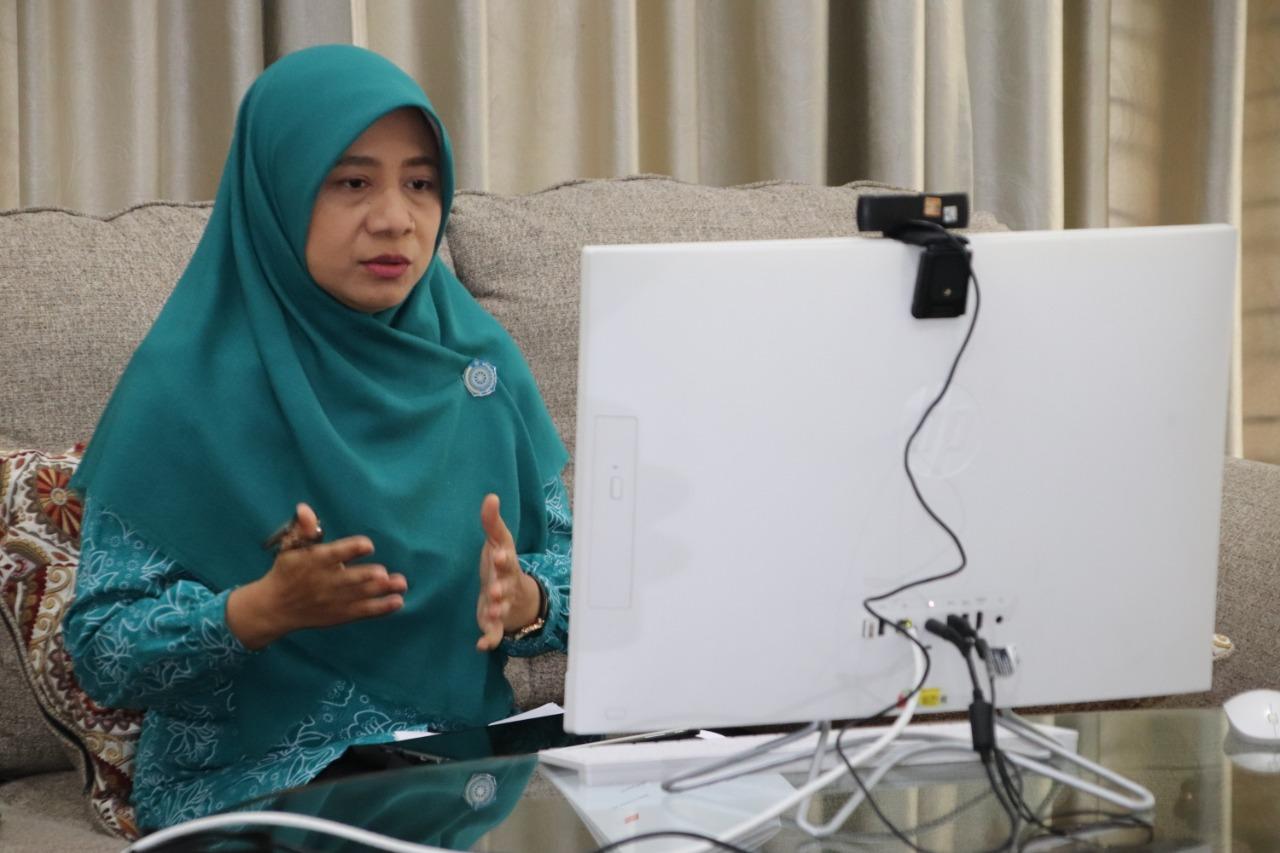 BUNDA PAUD NTB, Niken Widyawati Saptarini Zulkieflimansyah, saat mengisi diskusi daring Pengembangan PAUD Holistik Integratif untuk Perkembangan Anak, Selasa (22/12/2020). Foto: ist