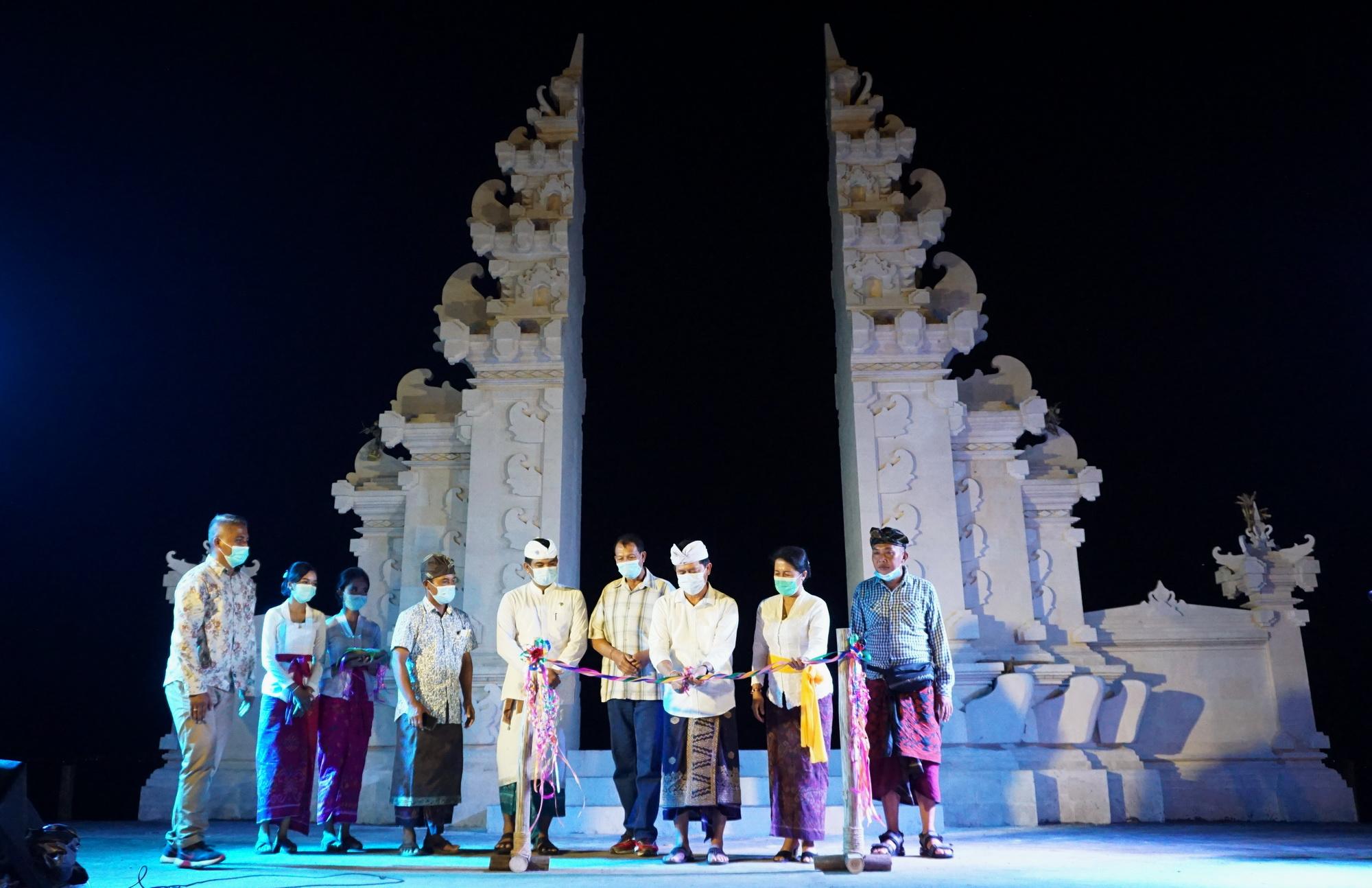 BUPATI Suwirta menghadiri pembukaan destinasi wisata di Desa Sakti, Kecamatan Nusa Penida, Rabu (16/12/2020) malam. Foto: ist