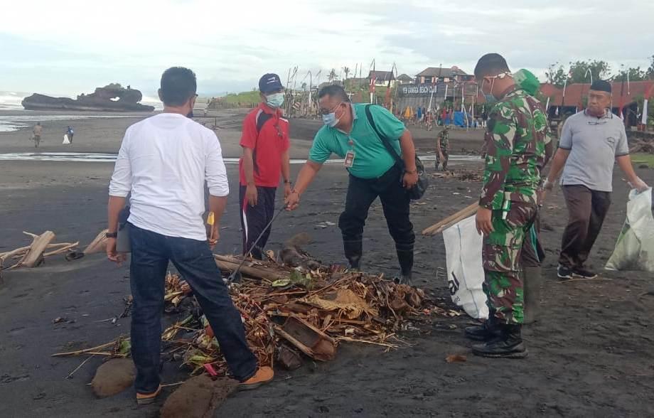 DANDIM 1619/Tabanan Letkol Inf. Toni Sri Hartanto mengerahkan sejumlah anggotanya untuk melaksanakan kerja bakti bersih-bersih sampah di Pantai Yeh Gangga, Tabanan, Jumat (18/12/2020). Foto: gap