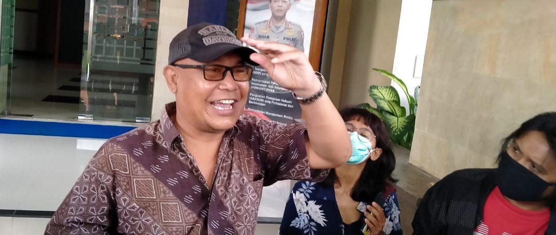 DEWA Nyoman Rai usai melaporkan dua akun di Facebook yang dinilai menghina Gubernur Wayan Koster di Direskrimsus Polda Bali. Foto: ist