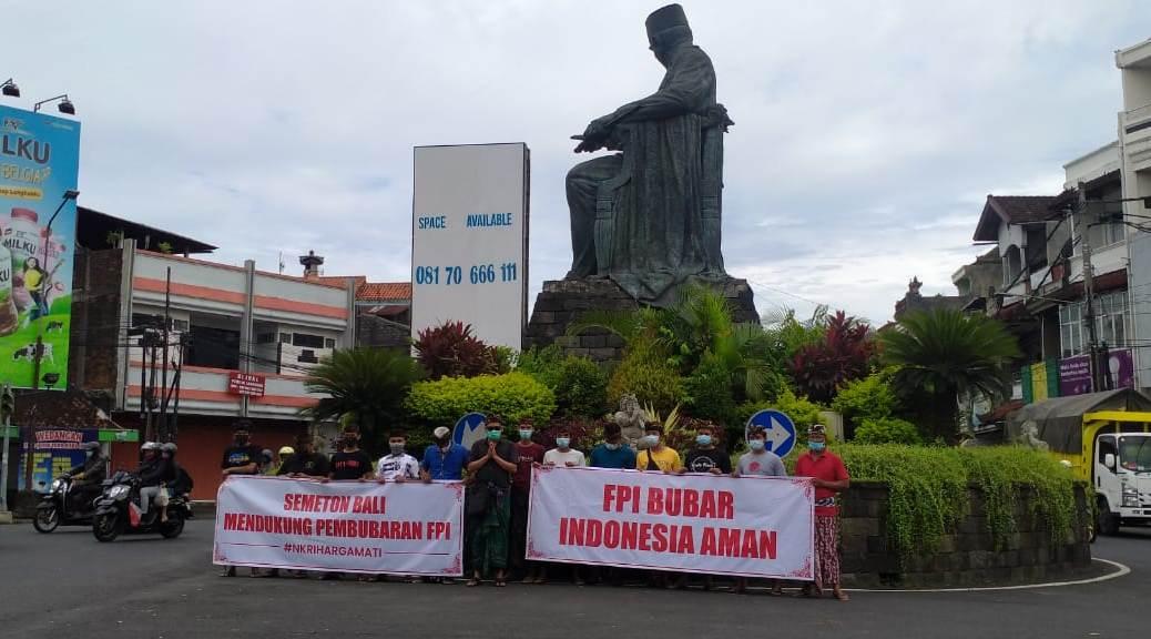 KELOMPOK masyarakat Tabanan yang tergabung dalam Semeton Bali Tabanan, menggelar aksi dukungan terhadap pemerintah atas pembubaran FPI, di Bundaran Simpang Patung Soekarno, Kediri, Tabanan, Kamis (31/12/2020). Foto: gap
