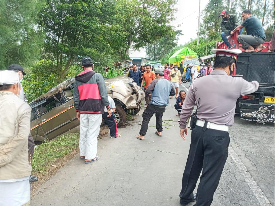 PROSES evakuasi mobil Suzuki APV kuning emas DK 1285 UY yang mengalami kecelakaan tunggal dan terperosok di jalan umum jurusan Kintamani- Singaraja. Foto: ist