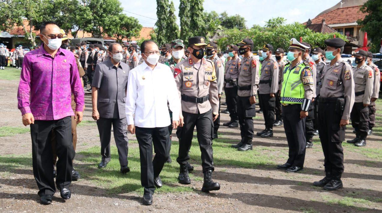 GUBERNUR Bali, Wayan Koster, saat melakukan cek pasukan bersama Kapolda Bali, Irjen Pol. Putu Jayan Danu Putra dan Ketua DPRD Bali, Nyoman Adi Wiryatama, Senin (21/12/2020). Foto: ist