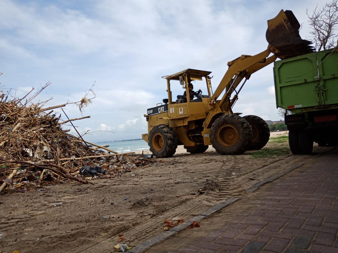 PEMBERSIHAN sampah kiriman yang dilakukan oleh DLHK Badung. Foto: ist