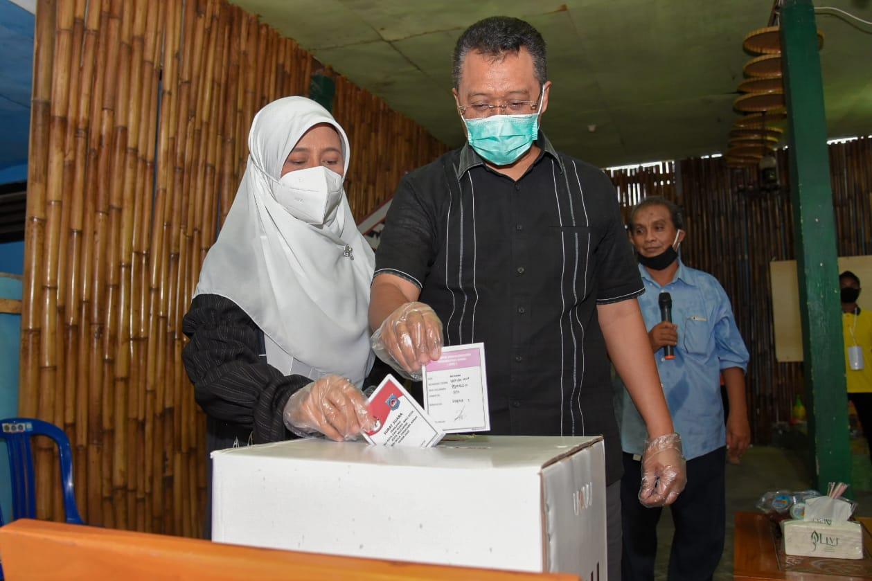 GUBERNUR Zulkieflimansyah didampingi istri saat menggunakan hak pilihnya di TPS 02 Lingkungan Pusaka, Rabu (9/12/2020). Foto: ist