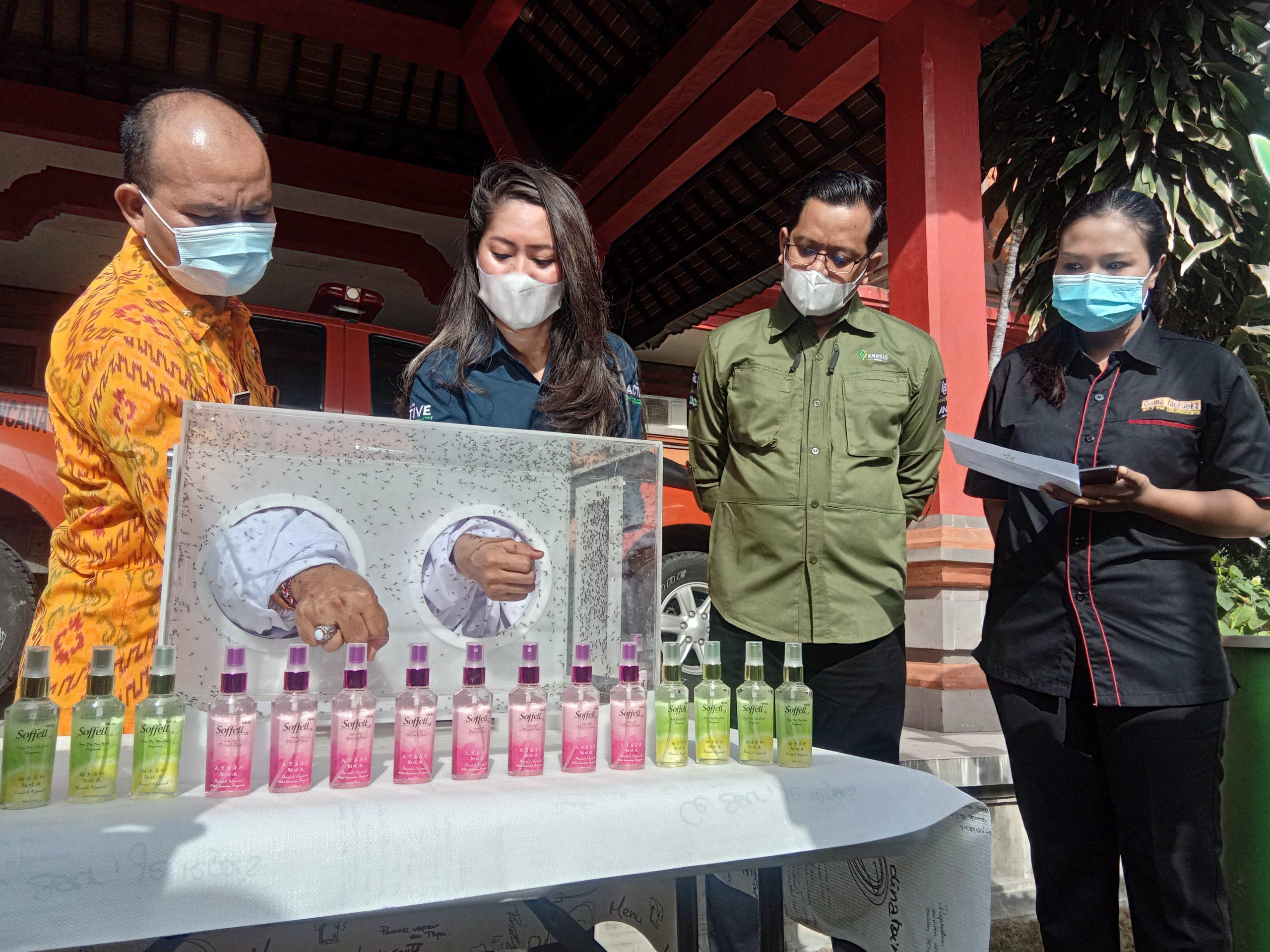 KALAKSA BPBD Bali, Made Rentin; didampingi Ketua Yayasan Enesis Indonesia, Elkana Lewerissa, saat mempraktekkan keampuhan Soffell spray ke backet nyamuk. Foto: alt