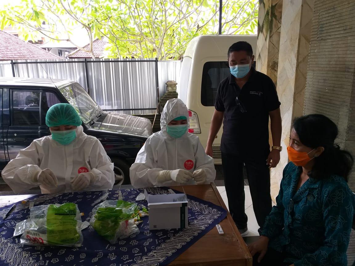 TP PKK Kabupaten Karangasem menggelar tes cepat Covid-19 gratis untuk ibu PKK, Jumat (18/12/2020). Foto: nad