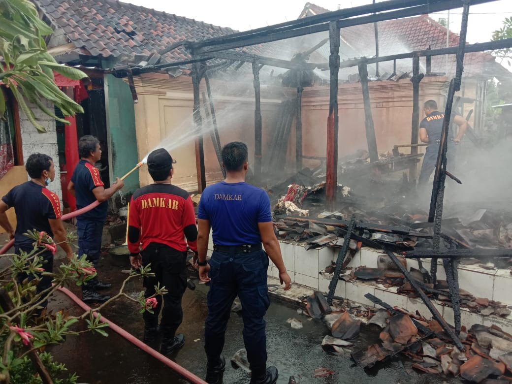 PETUGAS Damkar Gianyar saat memadamkan api yang membakar bangunan bale dangin milik warga di Banjar Pande Sidan. Foto: adi