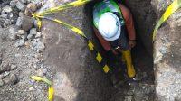 PETUGAS dari Disbud Buleleng mengecek keberadaan terowongan zaman penjajahan Balanda yang ditemukan di areal proyek pembangunan Bendungan Tamblang, Buleleng. Foto: ist