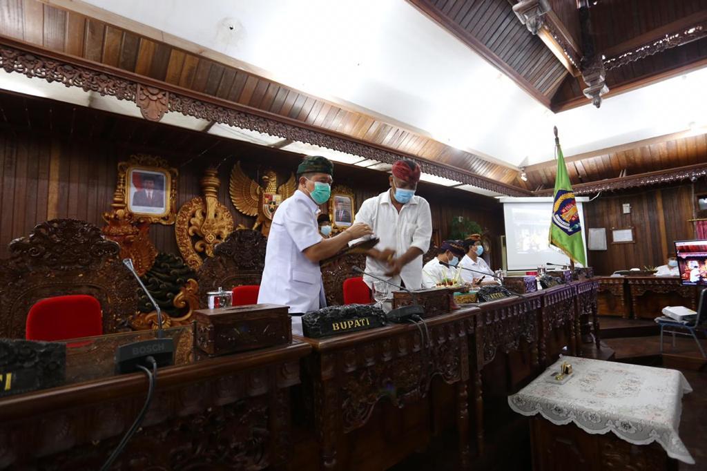 KETUA DPRD Klungkung, AA Gde Anom, memimpin sidang paripurna terkait Ranperda tentang Perusda Air Minum Panca Mahottama, Senin (28/12/2020). Foto: ist