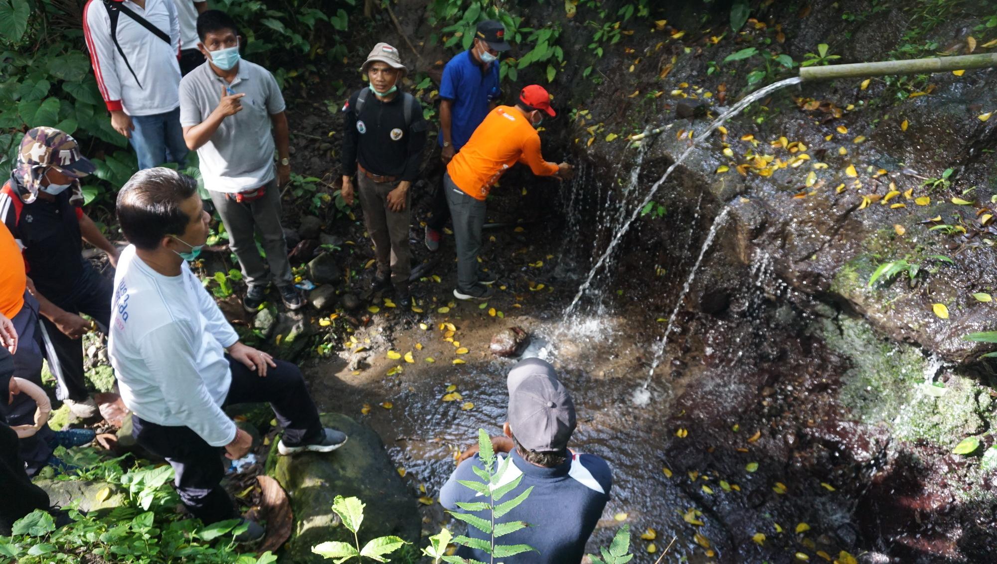 BUPATI Suwirta meninjau lokasi mata air di Desa Manduang, Minggu (13/12/2020). Foto: ist