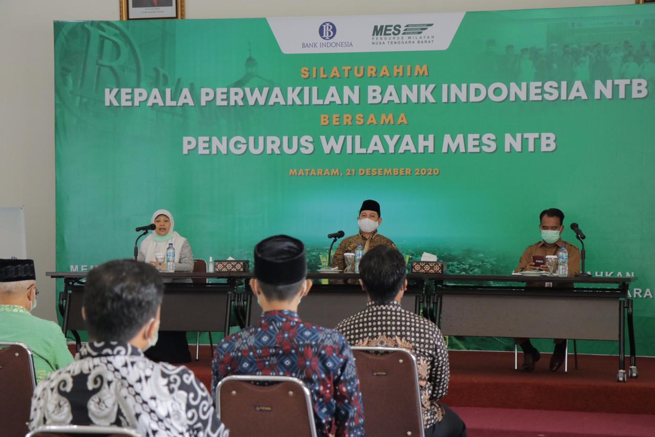 KARO Humas dan Protokoler Setda NTB, Najamuddin Amy (kiri); mendampingi Ketua MES NTB, Baiq Mulianah (kanan), saat bersilaturahmi dengan Kepala Perwakilan Bank Indonesia (BI) NTB, Senin (21/12/2020). Foto: ist