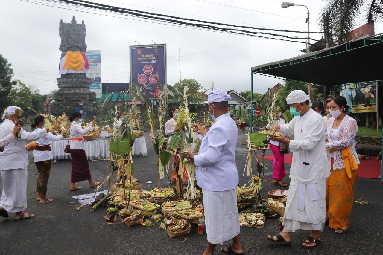 PEMKAB Bangli menggelar upacara nangluk merana, Senin (14/12/2020). Upacara dipusatkan di Catus Pata Bangli. Foto: ist