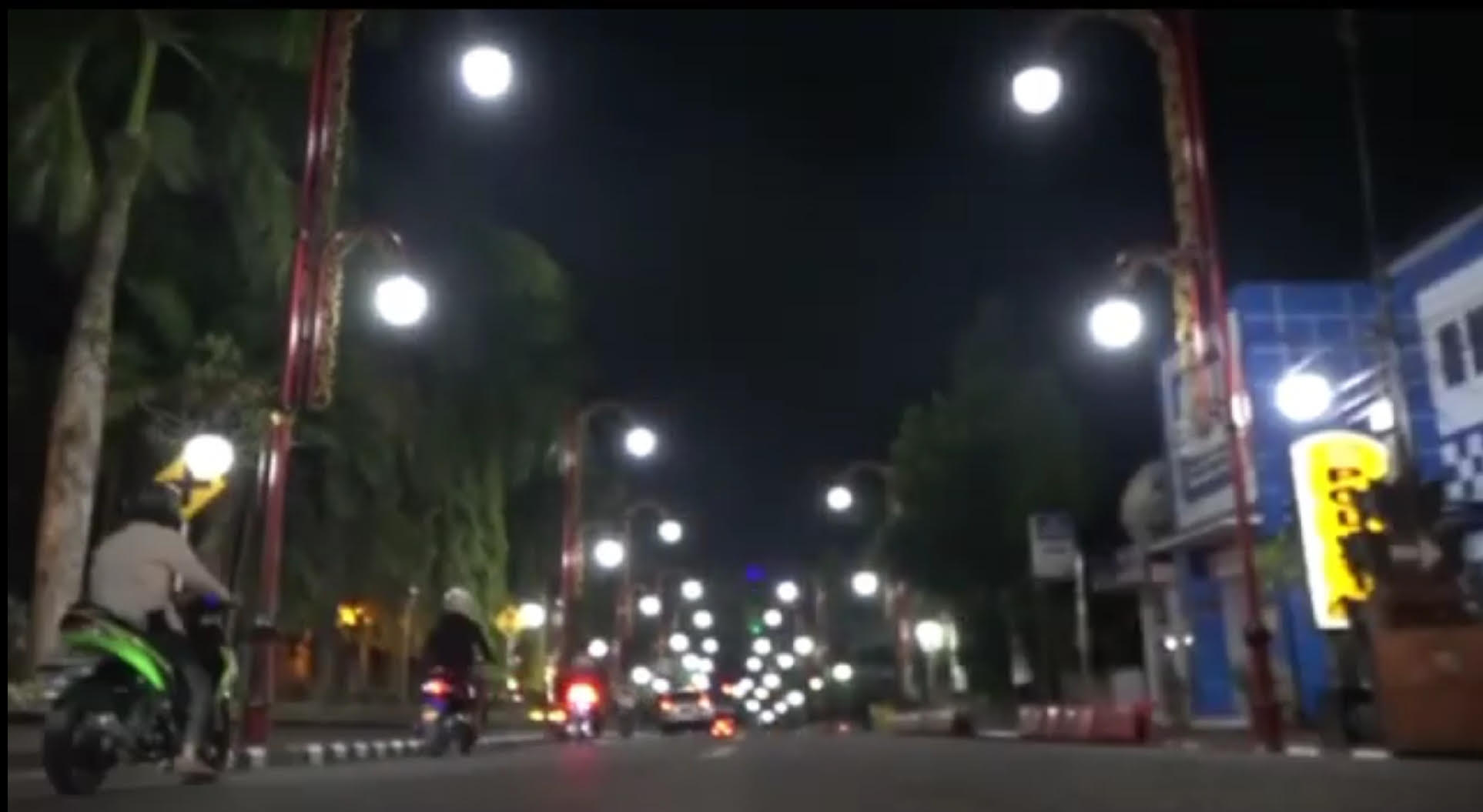 PEMKAB Gianyar menambah 230 lampu penerangan jalan untuk mempercantik Kota Gianyar pada malam hari. Foto: adi